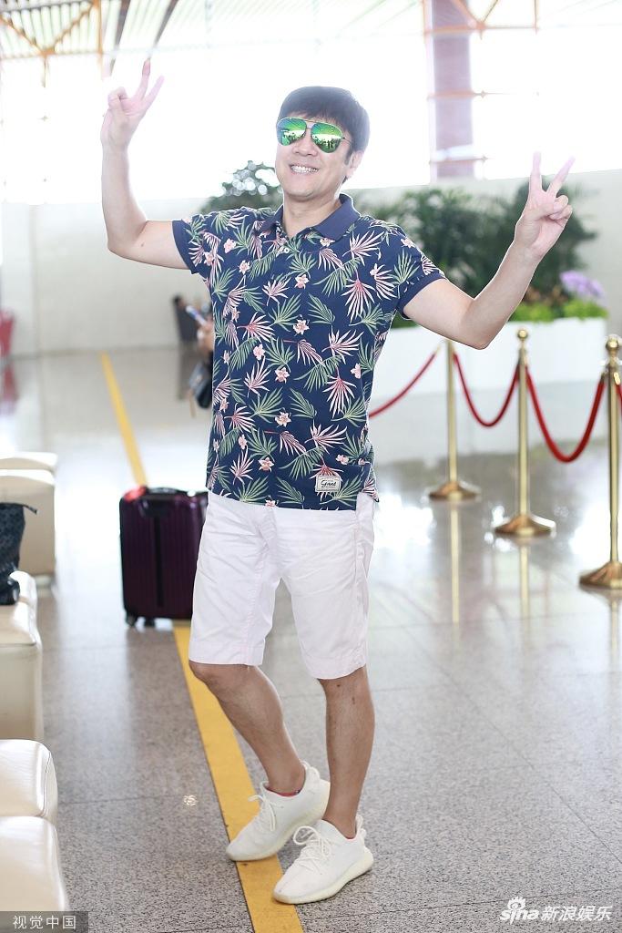 蔡国庆穿海岛风短袖青春减龄 单脚站立凹姿势