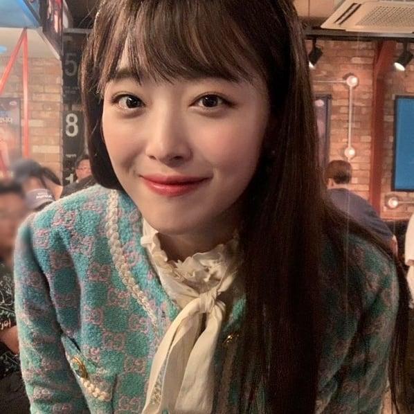 雪莉齐刘海戴珍珠发箍 皮肤白皙甜笑撩发乖巧可爱