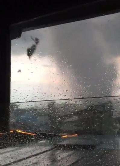 荷兰一段视频拍下罕见龙卷风快速移动瞬间