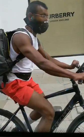 英出租司机与单车骑手街头大打出手 裤子不慎掉落
