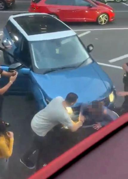 惊险!英一女子遭路怒司机开车撞击 被挤两车中间