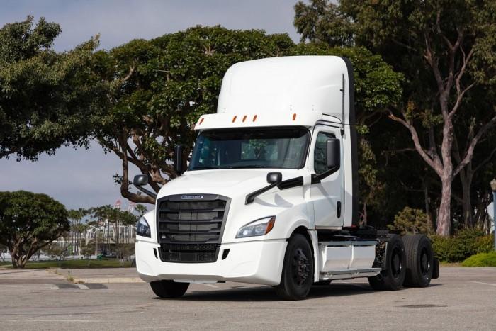戴姆勒首批电动Freightliner半挂卡车已开始运往美国客户手上