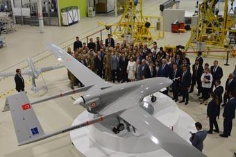 乌克兰总统参观土耳其防务公司 获赠无人机模型