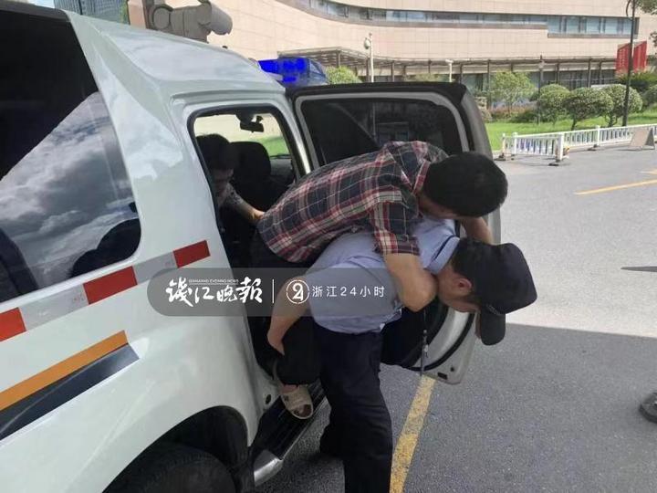 肚子痛到打滚却不肯上120救护车,20多岁民警背着42岁大叔下了5楼