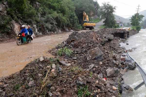 """台风""""利奇马""""致山东淄博部分地区道路受损"""