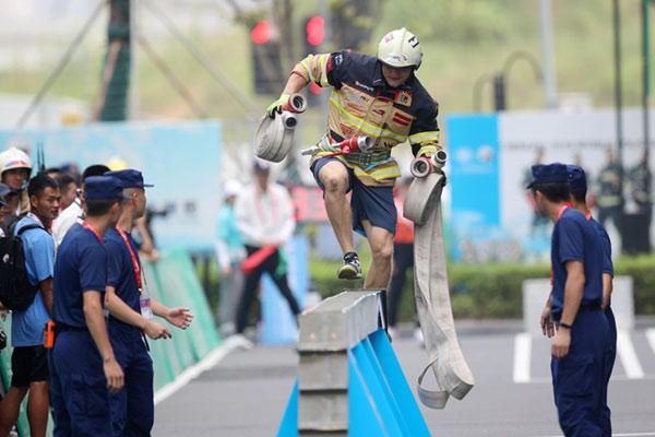 百米障碍如履平地 烈火英雄终极PK