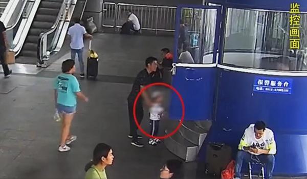 河南脑瘫男童被弃江苏昆山站,母亲小姨涉嫌遗弃罪被取保候审
