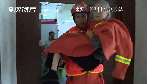 9旬老人被困水中,消防員救出后還幫她換上干凈襪子
