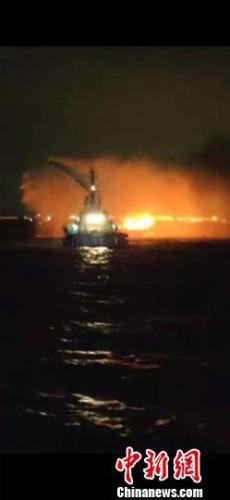 广州航道附近水域一渔船着火 广州海事紧急救援