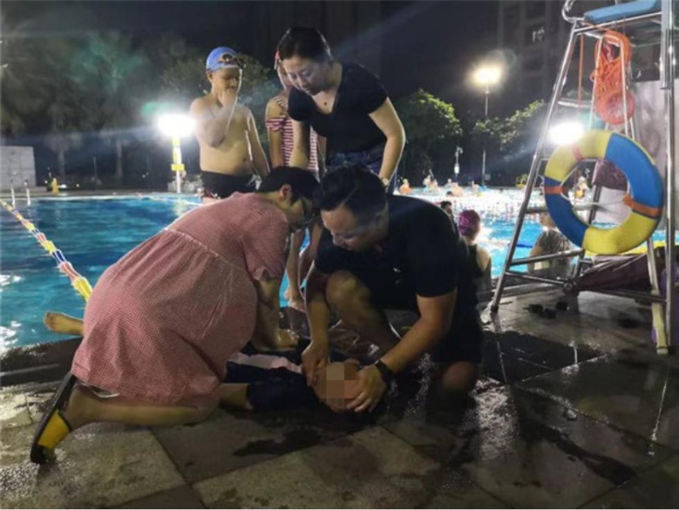 距预产期仅9天,45岁孕妇跪地救活溺水女孩,按压180次