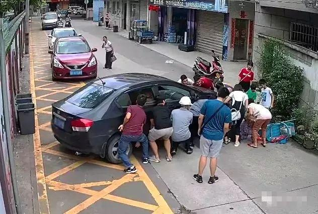 87岁老人惨遭小车碾压,又是这个问题!十几个街坊出手了,结果…