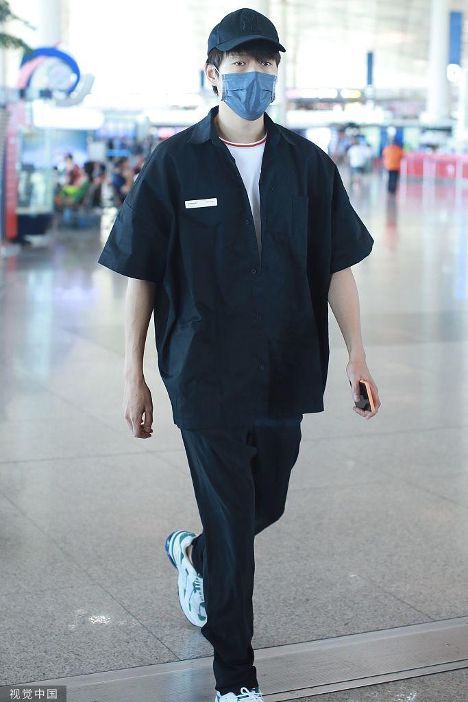 王菲惠:魏大勋被曝恋情后首度现身 口罩遮面尽显低调