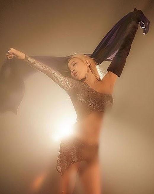 少女时代Tiffany晒写真照 露纤腰薄纱诱惑