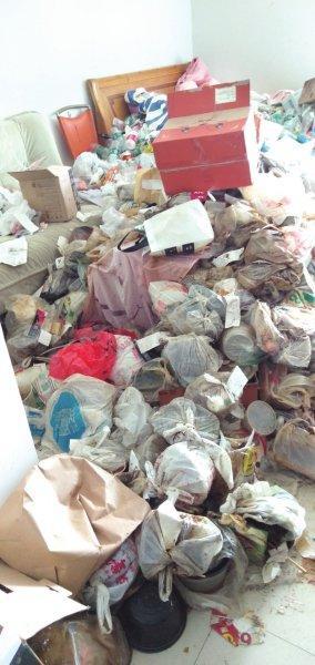 年轻女子退租留下满屋垃圾和一只死猫,收房人惊到不敢进屋