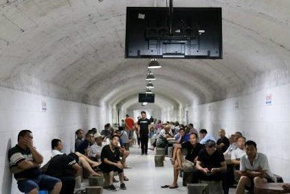 """广西柳州防空洞如""""天然空调"""" 民众洞内避暑纳凉"""