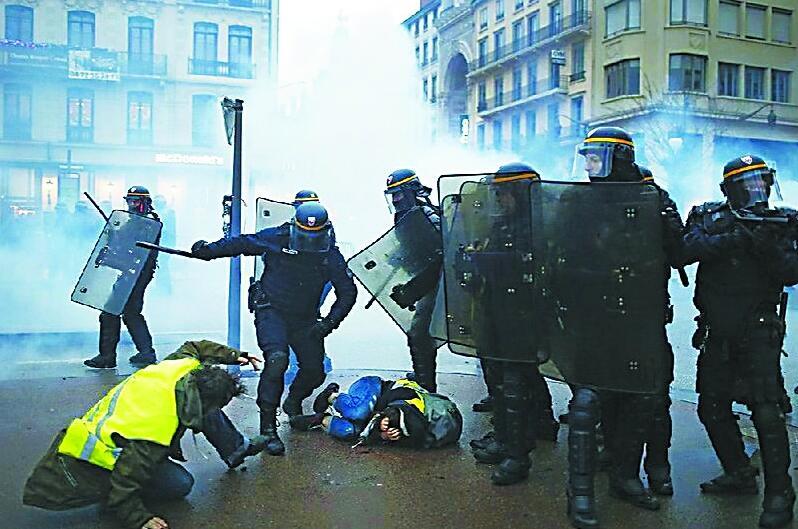 揭秘西方防暴警察清場裝備:高壓水槍不行上手榴彈