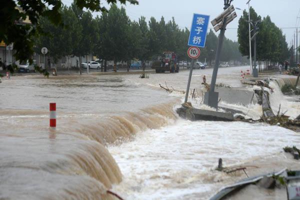 台风过后济南河水爆涨 冲毁路桥沿河建筑