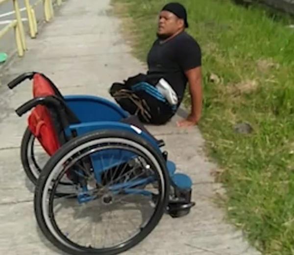 暖心!马来西亚一残疾男子不顾自身不便 解救被困小猫