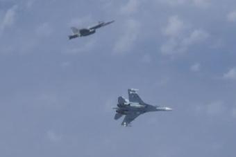 北约战机试图靠近俄防长专机 护航苏-27出手了
