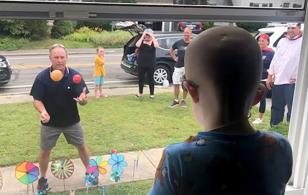 美3岁男孩患脑癌不能出门 邻居们门前杂耍为其鼓励