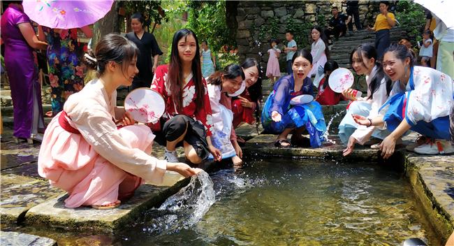 黄姚古镇暑期旅游热