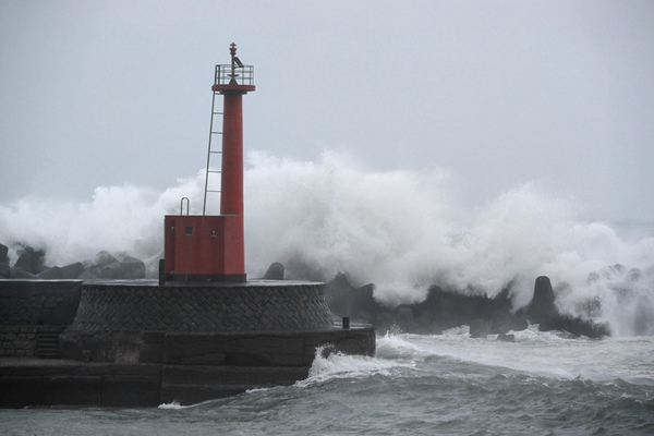 """超大型10号台风""""罗莎""""逼近西日本 部分新干线将停运"""