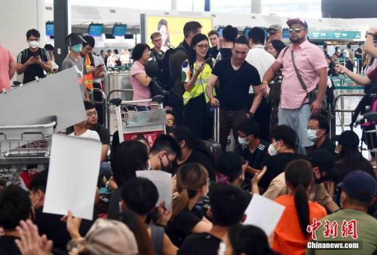 香港機場少數航班取消 機管局:14日航班重新編配