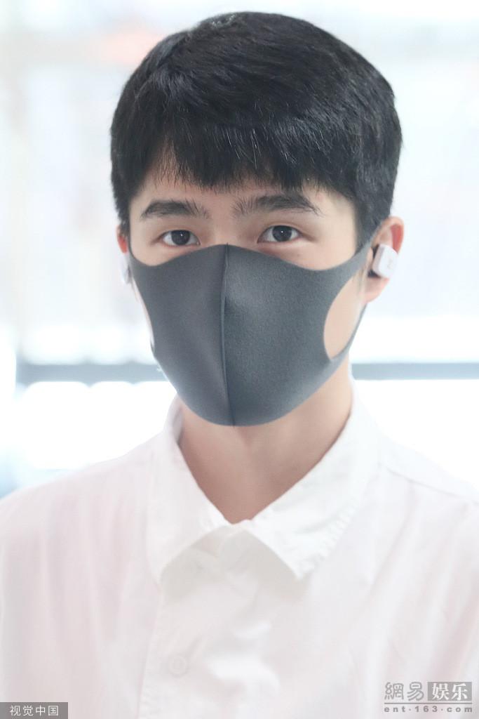 刘昊然抓栏杆似拍大片 再穿白衬衫清新帅气