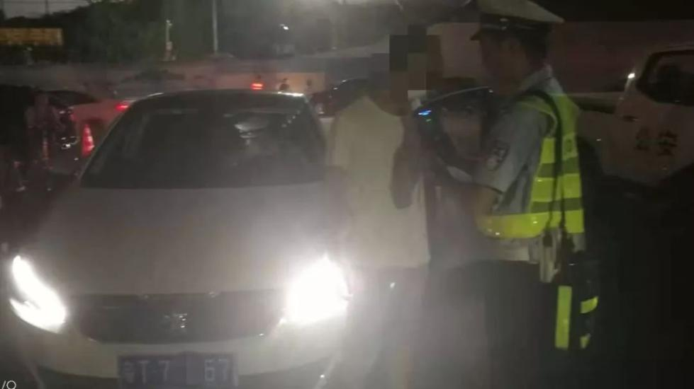 男子被查酒驾,同车女友辩称因与她接吻沾有酒气