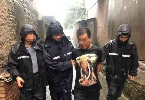 毒贩想趁台风天出门透透气,被浙江民警在暴风雨中抓获