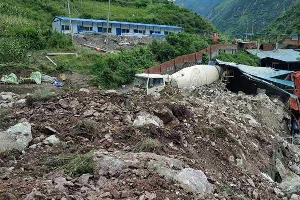 成昆铁路突发数万方岩体崩塌 有抢险人员失联