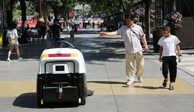 """西安:""""白白胖胖""""的5G智能扫地机器人上岗"""