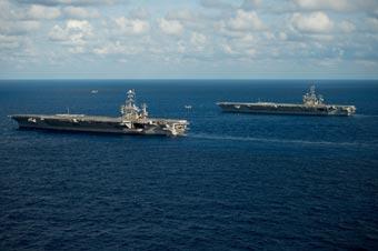 美军两艘航母会师大西洋 用直升机补给弹药