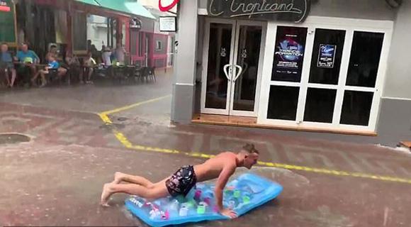 """西班牙度假者遇暴雨天气""""苦中作乐"""" 街道上玩冲浪"""