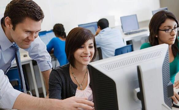 """计算机科学受留学生""""追捧"""" 英媒:关注这十所英国高校"""