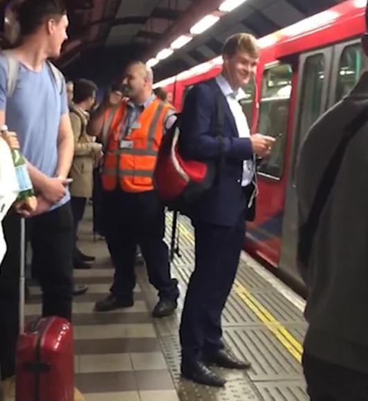有趣!英国一地铁站工作人员另类播报似拳击解说