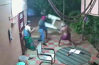 印度一对七旬老夫妻用拖鞋凳子暴打持刀劫匪