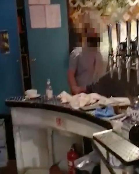 英国一男子大闹咖啡店 抢食物砸东西被逮捕