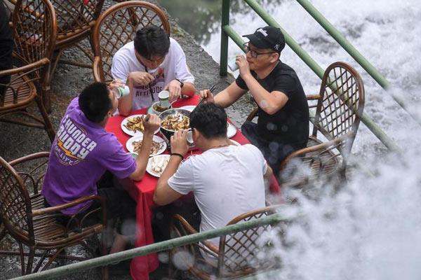 """浙江龙泉山游客""""瀑布餐厅""""体验清凉"""