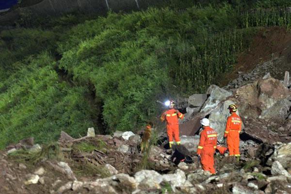 成昆铁路埃岱段山体垮塌失联人员搜救工作紧张进行
