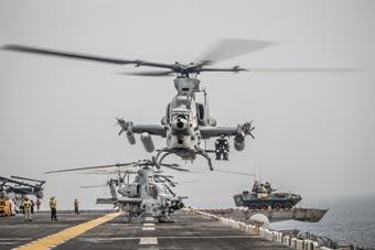 美两栖舰通过霍尔木兹海峡 连装甲车都紧急戒备