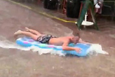 西班牙度假者遇暴雨在街道上冲浪
