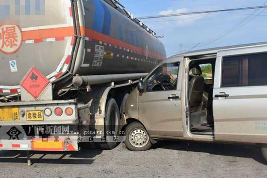 广西钦州一面包车与危化品运输车相撞,所幸车罐体是空罐
