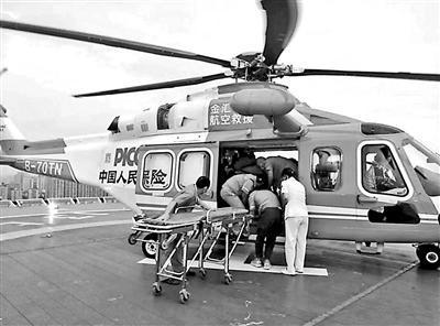 九寨沟一小伙被砸伤 直升机2小时送至成都救治