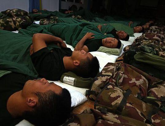 """杭州几十名武警战士席地而睡!这组""""不雅照""""背后的故事把人看哭了..."""