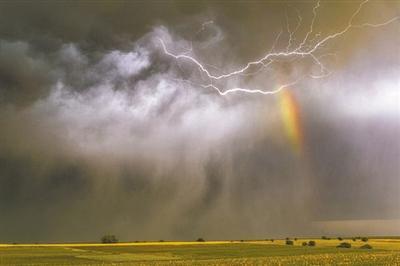 追逐風暴 英夫婦拍下閃電彩虹交織奇景