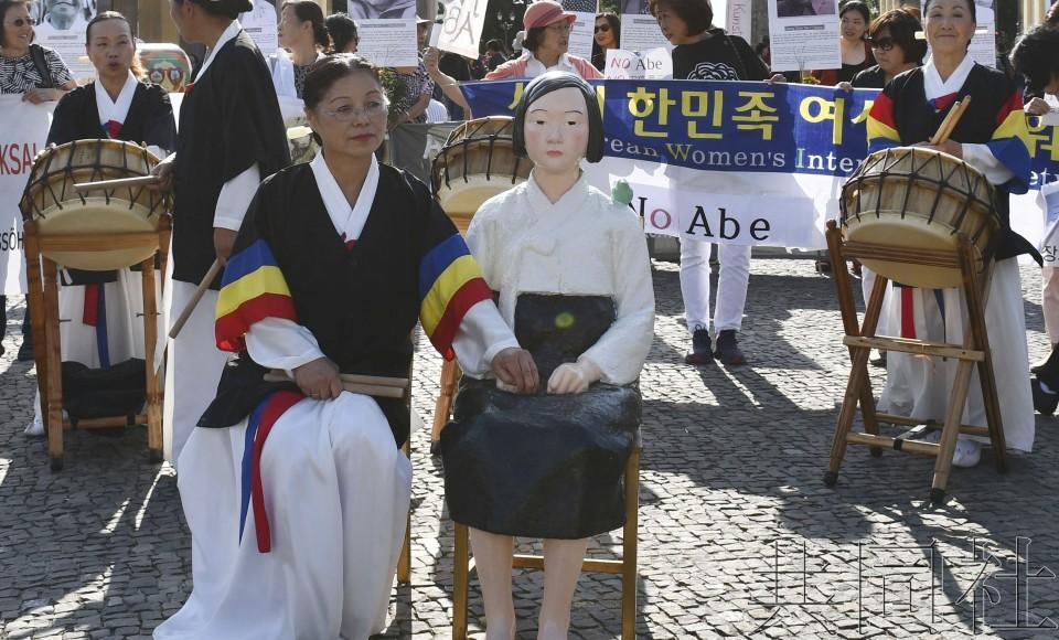 日本投降日之际,韩国在欧洲闹市展示和平少女像