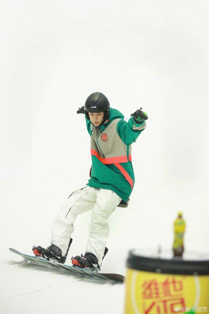 王一博烟绿色外套搭淡漠色滑雪服 在线滑雪展现酷盖运动力