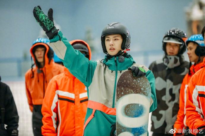 王一博烟绿色外套搭淡漠色滑雪服 在线滑雪展现酷盖