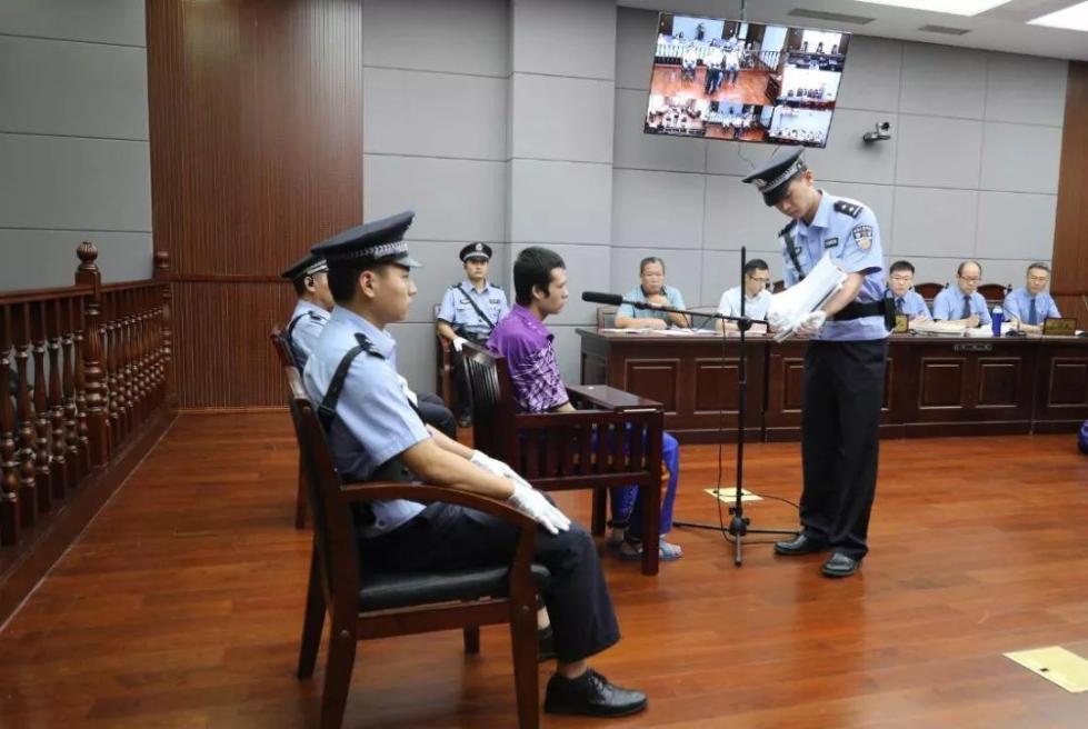 怒!青岛民警被刺牺牲案庭审细节:他重伤倒地后被切割颈部数刀